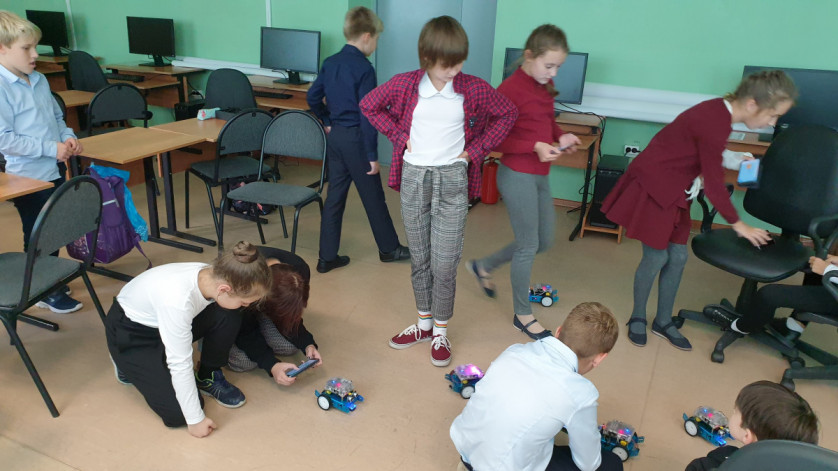Занятие в 4 классе. Дети программируют роботов в мобильных приложениях.